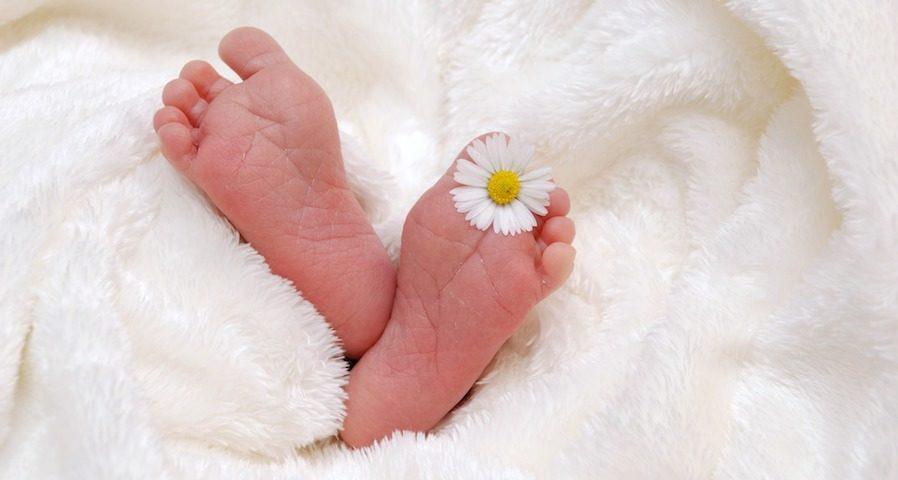 Babyfüsse für Glückwünsche zur Taufe