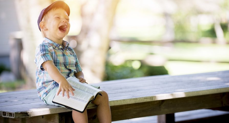 Taufsprüche aus der Bibel Junge liest Taufsprüche