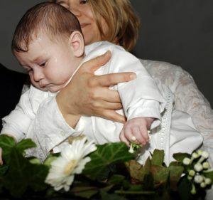Taufe mit weißem Taufkleid