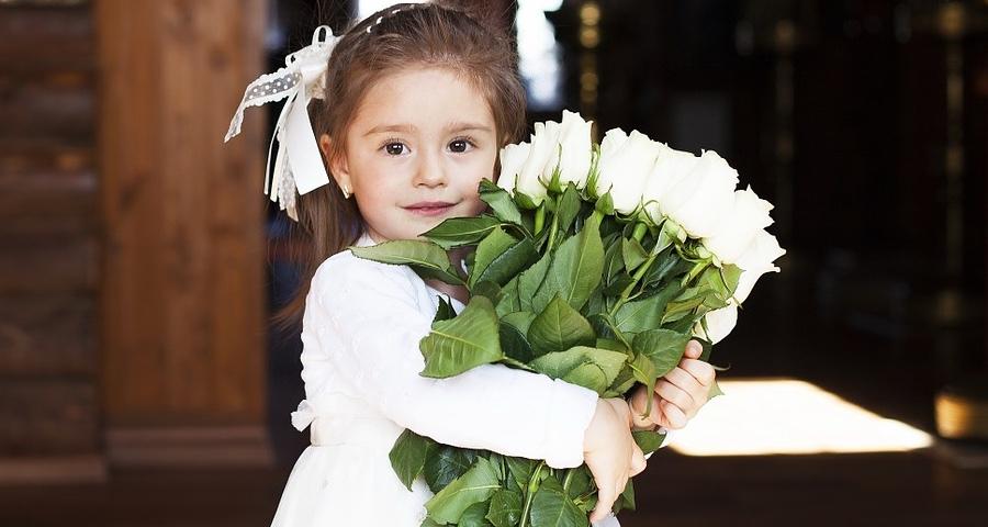 Taufe: Taufsprüche Mädchen mit Blumen
